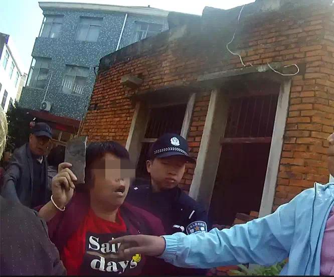 台州一女子乱搭乱建临时棚被拆 拿瓦片打民警被刑拘
