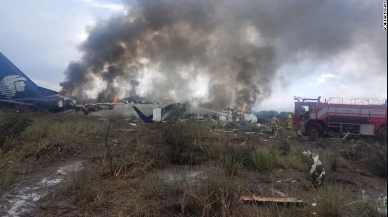 墨西哥坠机103人全部生还:飞机遇狂风坠地未解体 起火前逃生
