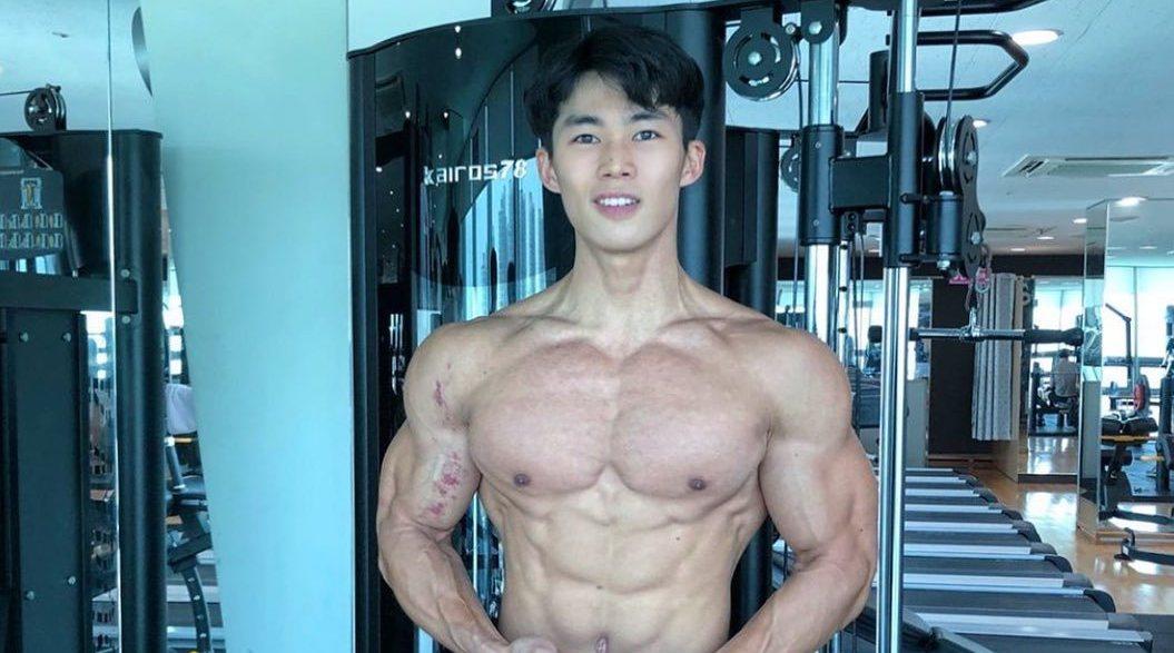 下胸比上胸厚,到底是乳房还是胸肌?简单4个动作增加上胸维度