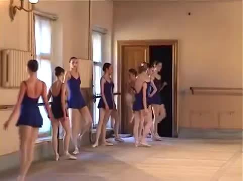 一段较早的瓦冈诺娃考试视频 其中有:Evgenia