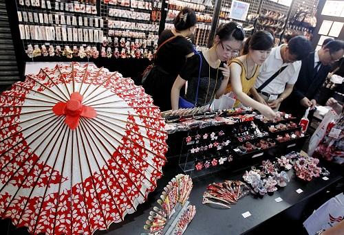 """2010年8月5日,为期四天的""""2010上海国际礼品展""""在上海世贸商城开幕,其中日本礼品行业的80多家企业""""组团""""亮相成为展会的一大亮点。"""