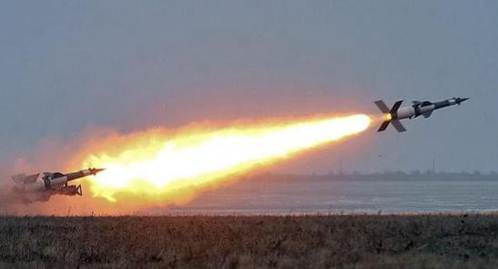 公开叫板俄罗斯,2枚导弹发射后在家门口爆炸,普京取消行程返回