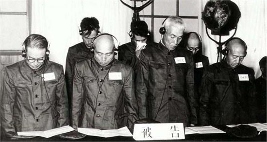 日本初级军民正在法庭受审(前排左起为佐佐实之助、上坂胜、藤田茂、铃木启暂)图源/央视网