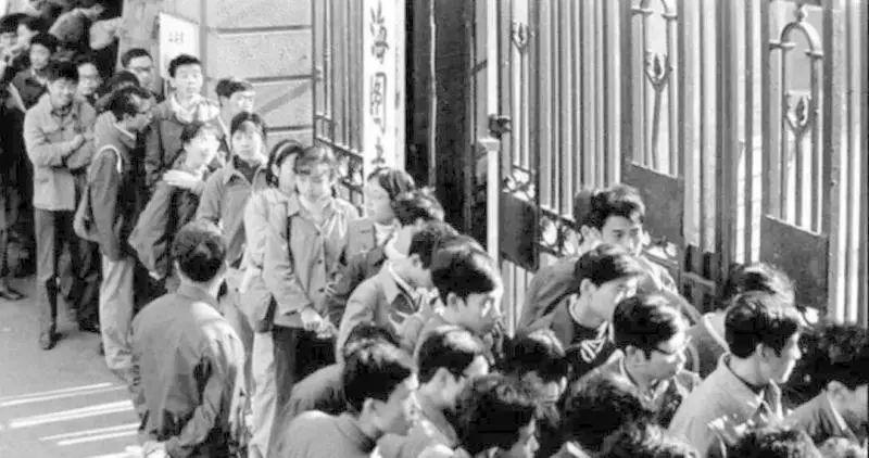 新旧变换 时代更替。上图为20世纪30年代的跑马厅大门,下图为20世纪80年代。