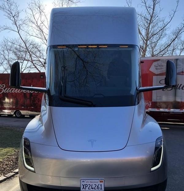 特斯拉Semi电动卡车上路 完爆擎天柱