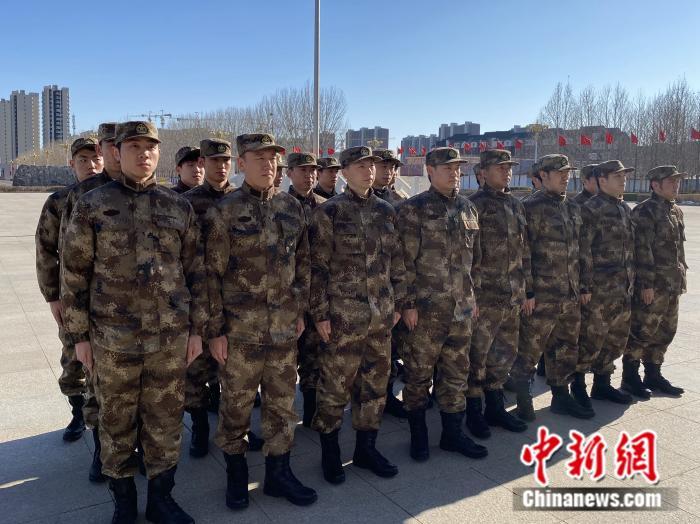 马龙、樊振东所在的班正在列队。