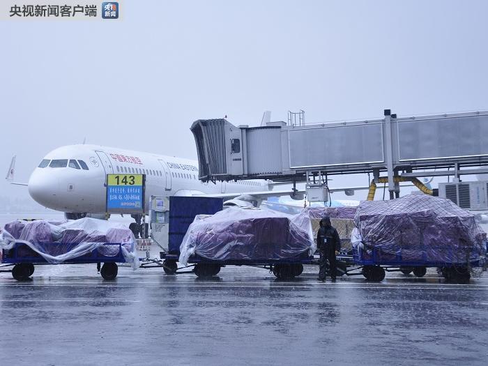 暴雨致成都机场航班大面积延误  万余名旅客滞留机场