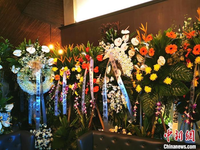 中国驻菲律宾使馆临时代办吊唁吴奕辉陈俊望