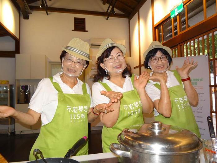 """台湾银发族餐厅""""不老食光"""" 阿嬷主厨端出私房菜"""