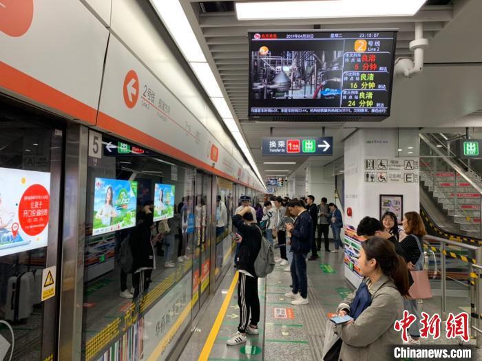 图为杭州等待地铁的民众。(资料图) 张斌 摄