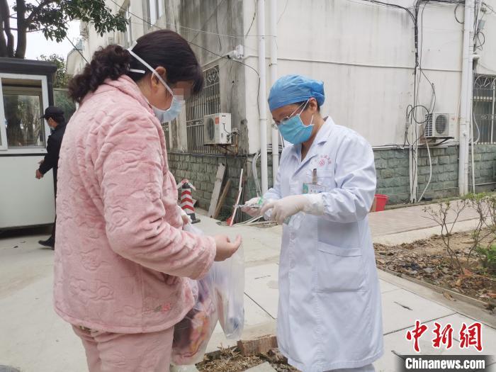 图为病友何某的主管医生向她交代出院后的用药等注意事项。 张超群 摄
