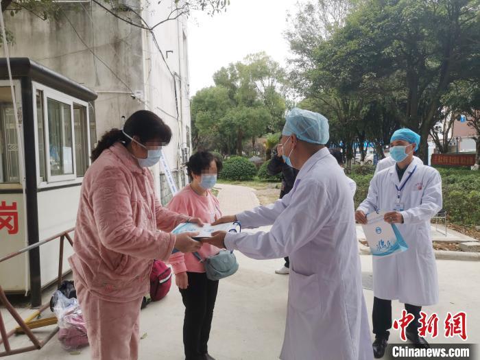 图为广西壮族自治区南溪山医院副院长蒋广元向三位病友赠送医院纪念品。 张超群 摄