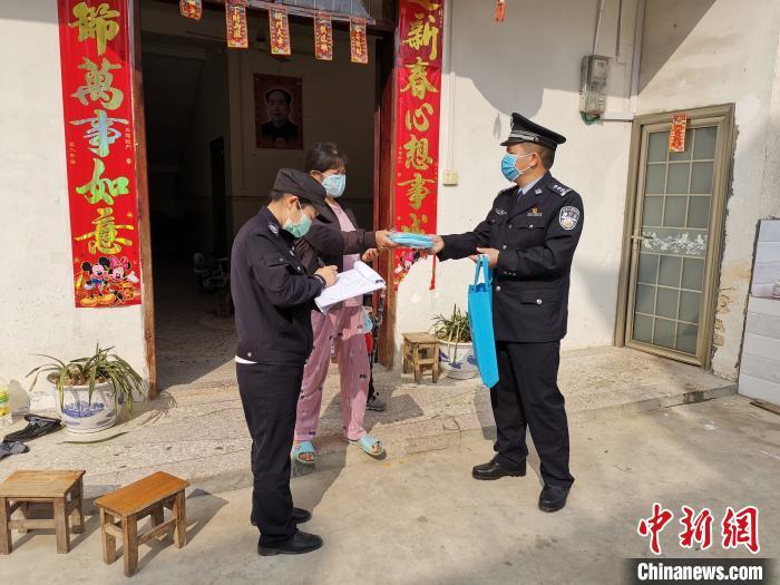 图为陈芳铭下村宣传防控。受访者提供
