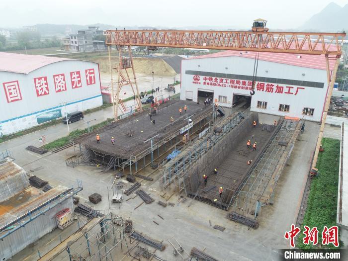 3月7日,贵南高铁广西都安段施工现场一派忙碌景象。 中铁北京工程局集团供图