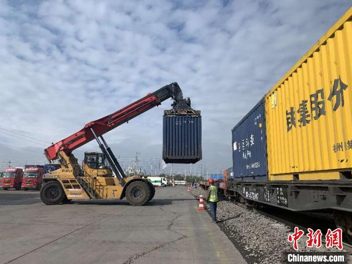 """新疆铁路成复工复产""""先行官"""" 一季度货运量同比增长逾16%"""