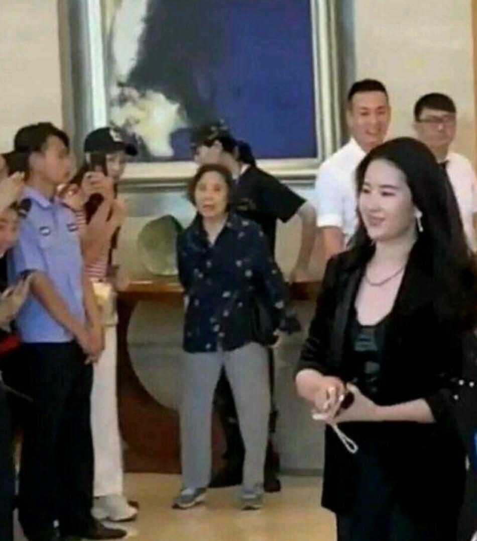 刘亦菲和友人聚餐,被嘲发福的她甩掉肥肉变苗条