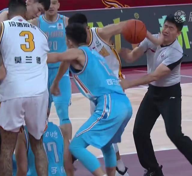 CBA裁判劝架被打到鼻梁 山西男篮郭晓鹏与新疆男篮范子铭赛场冲突