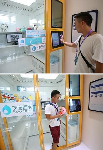2017年7月18日,在杭州,一名体验者试用一款无人值守智能零售系统。顾客只要达到一定的信用评分,就可以扫描手掌生物特征进店购物,出门时自动从第三方支付平台支付货款(拼版照片)。新华社记者张铖摄