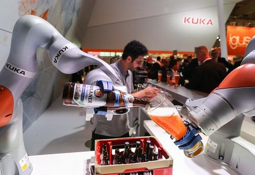 在德国汉诺威工业博览会上,两条机械臂在库卡公司展台为参观者倒啤酒。新华社记者 单宇琦 摄