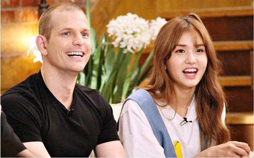 歌手全昭弥与父亲马修参加综艺《丛林法则》拍摄