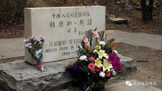 北京大学未名湖畔的埃德加·斯诺墓碑前,整齐摆放着鲜花。