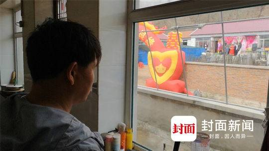 4月23日,会民村。刘忠林望着对面的婚礼,说下一步想要成个家。