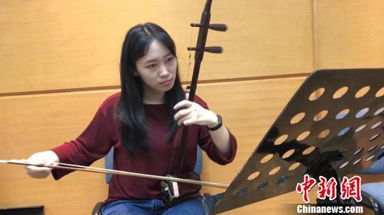 王渊麟练习演奏技巧,这是她的日常训练之一。 吕盛楠 摄