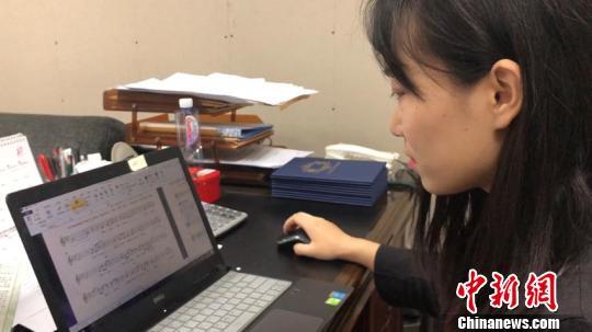 王渊麟在搜集和修改曲谱,用于二胡演奏。 吕盛楠 摄