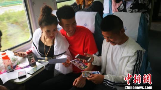 图为考生在车厢里分享照片。(张学鹏摄)