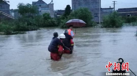 江西暴雨逾13万人受灾 消防官兵深夜转移被困群众