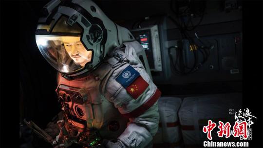 圖爲《流浪地球》官方宣傳海報之一。 鍾欣 攝