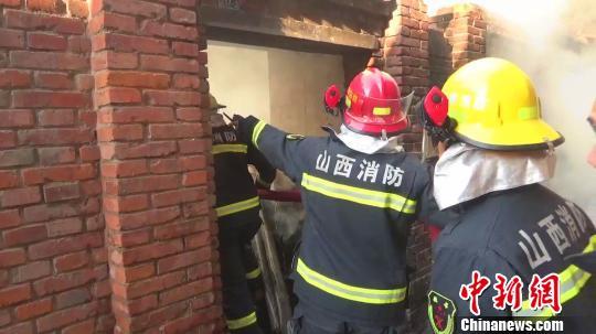 山西榆社一民房着火,消防员帮环卫女工找到藏柜子底下血汗钱