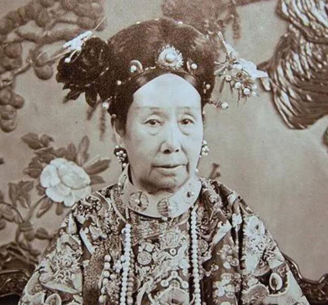 晚清1903年慈禧太后老照片:荷花池扮观音,与李莲英赏雪