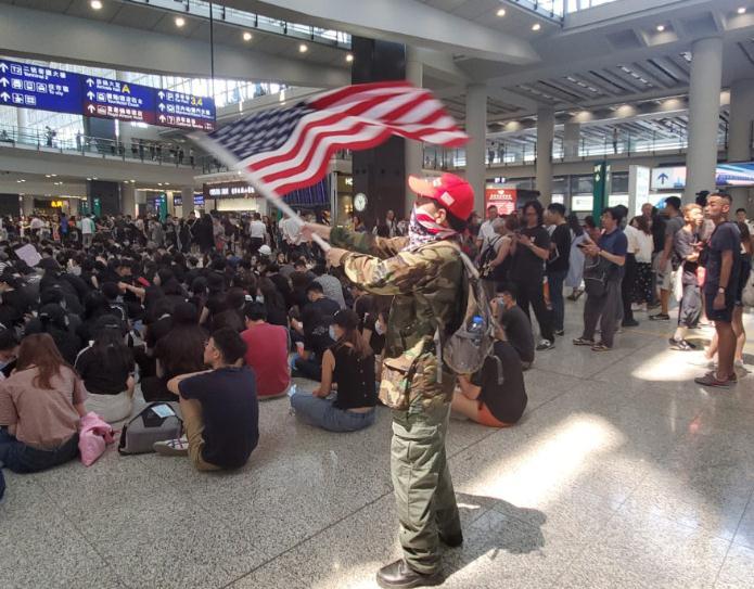 示威者机场挥舞英美国旗 市民怒斥: