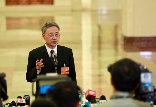 今年两会期间,郭树清在部长通道接受记者采访 车亮 摄