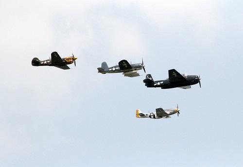 资料图:2018-06-19,几架二战时期的军用飞机从美国首都华盛顿上空飞过。 新华社记者 雷柏松 摄