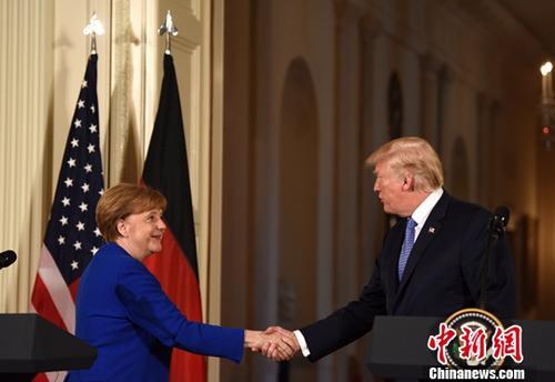 资料图:当地时间4月27日,美国总统特朗普在白宫会见来访的德国总理默克尔,并共同会见记者。图为特朗普与默克尔出席联合记者会。中新社记者 刁海洋 摄