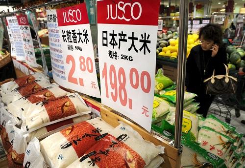 资料图片:2010年1月7日,青岛一家超市正在出售一种产自日本的大米,两公斤包装标价高达198元。新华社记者 李紫恒 摄