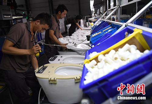 资料图:工人在福建省南安市九牧厨卫生产车间内作业。中新社记者 张斌 摄