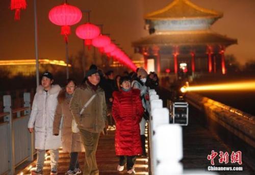 资料图:2月19日晚,观众在晚间游览故宫。中新社记者 杜洋 摄