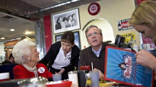 2016年,芭芭拉在儿子杰布·布什的竞选活动上