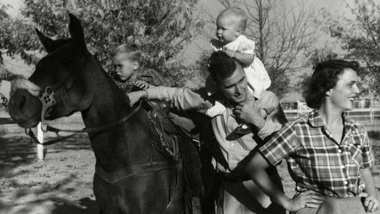 芭芭拉与老布什共育有6名子女,在早期生活中,她将自己的精力都投入了家庭生活