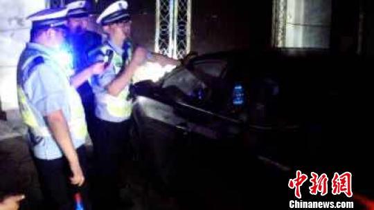 6月16日晚22时许,太谷县公安局交警大队民警在太谷县康宁东街执勤时,发现一辆现代小型汽车突然停在了旧水利局门口。 郭飞颖 摄