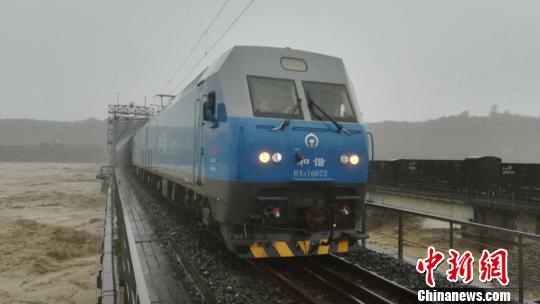 四川强降雨致铁路多趟客车停运 旅客暂勿前往成都火车站