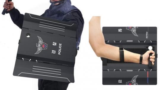 韩国警察公开新装备,称像漫威电影中那样按下按钮就弹出盾牌