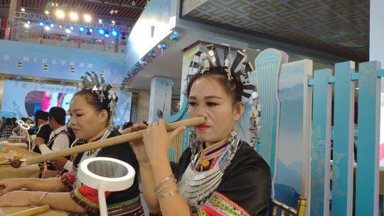 用鼻子吹奏乐器的85后女传承人黄海林 非遗节展现黎族鼻箫之美