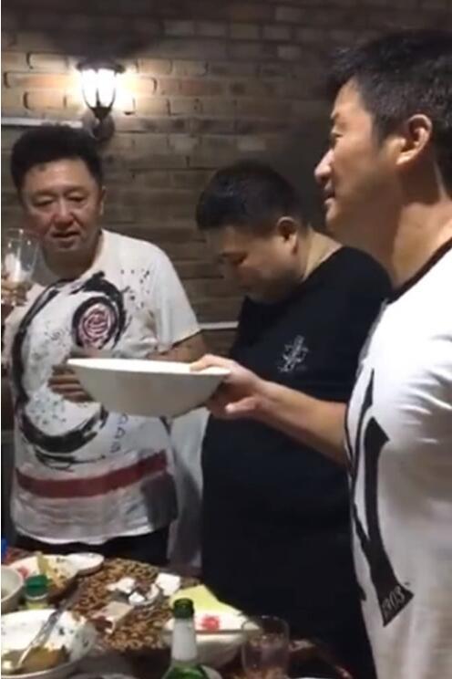 吴京酒量吓到网友,用旁人三倍大海碗上演一口干