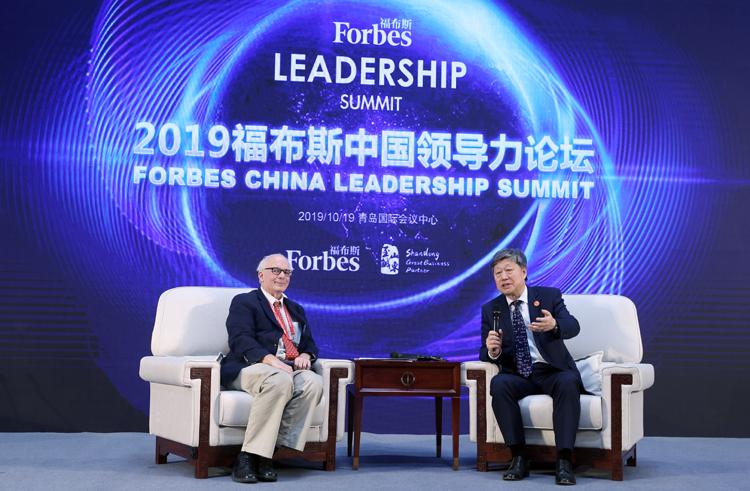 福布斯中国向张毓强、张瑞敏分别颁发两项大奖|组图