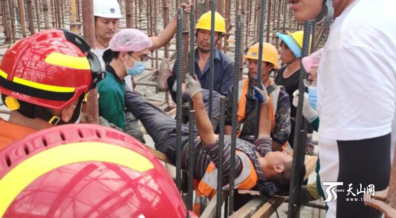 男子工地坠落被钢筋刺穿腹部 紧急救治脱险