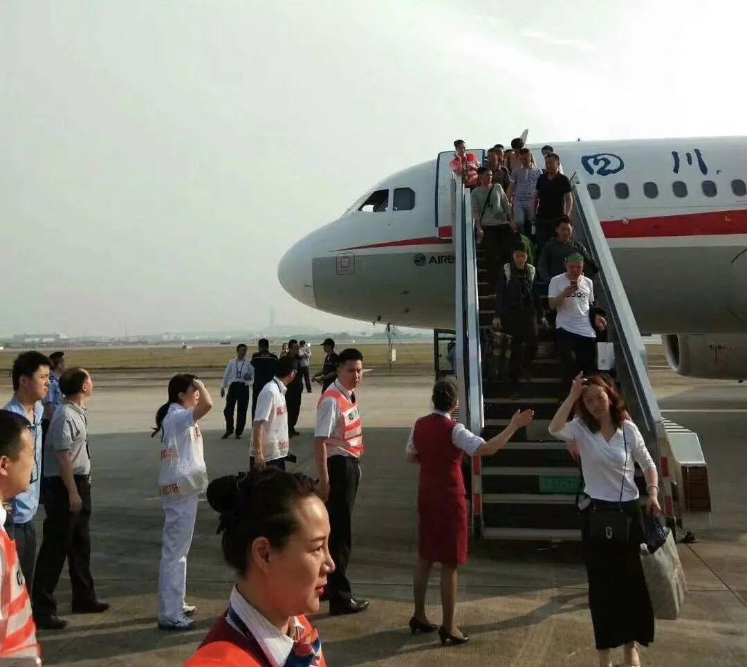 5月14日,从重庆飞往拉萨的四川航空3U8633次航班在成都区域巡航时,右座前风挡玻璃破裂脱落,随后飞机备降成都双流国际机场,乘客陆续走下飞机  图 / 乘客樊爱华提供